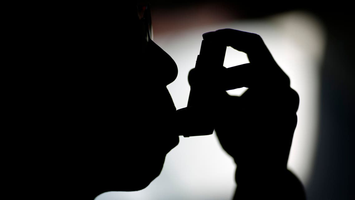 A man suffering from asthma uses an inhaler in Beijing November 2, 2014. (File photo: Reuters)