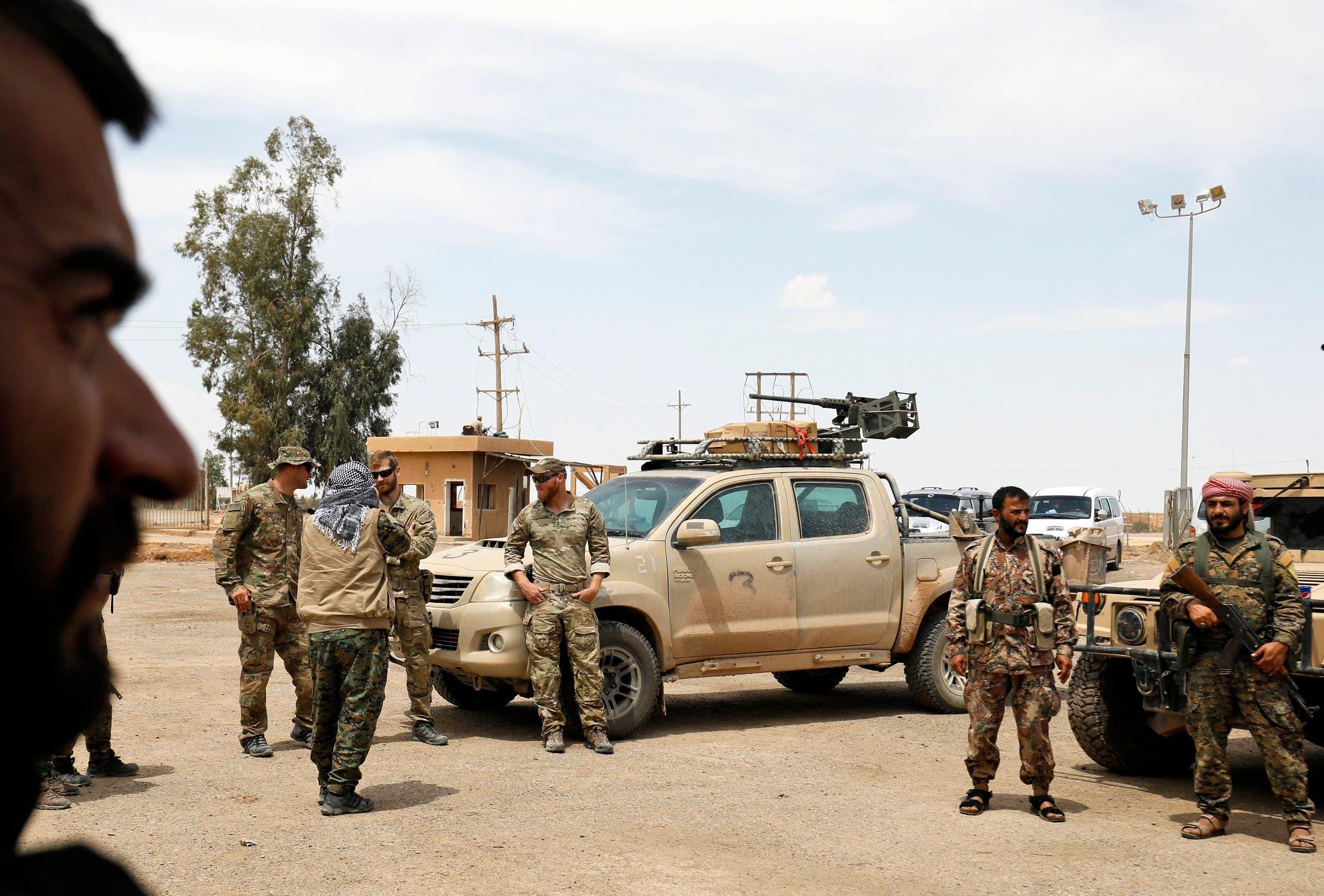 عناصر من قوات سوريا الديمقراطية قرب حقل نفطي في دير الزور (أرشيفية)