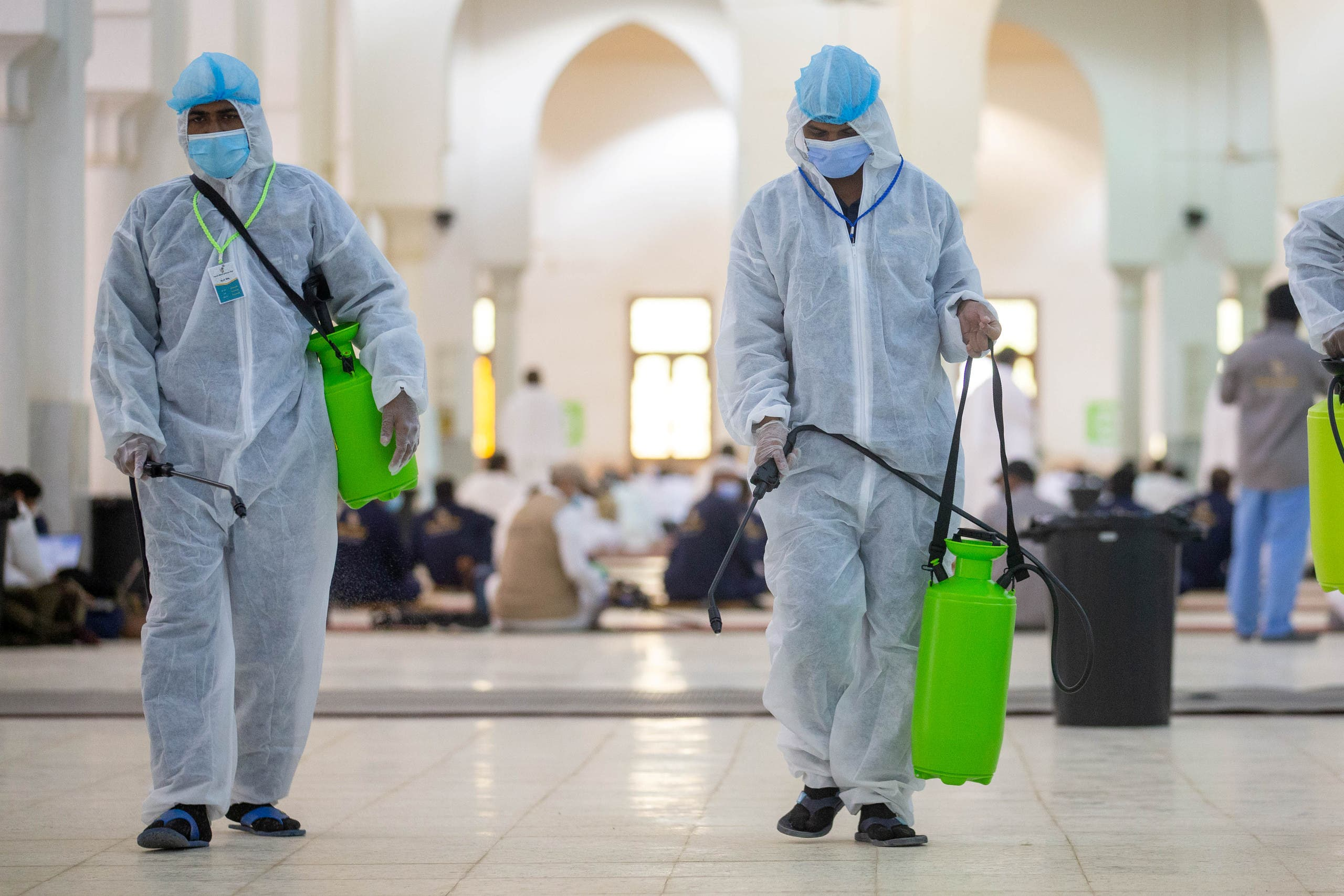 Health workers wearing personal protective equipment (PPE) disinfect the floor as Muslim pilgrims pray inside Namira Mosque in Arafat amid the coronavirus disease (COVID-19) pandemic, outside the holy city of Mecca, Saudi Arabia July 30, 2020. (File photo: Reuters)