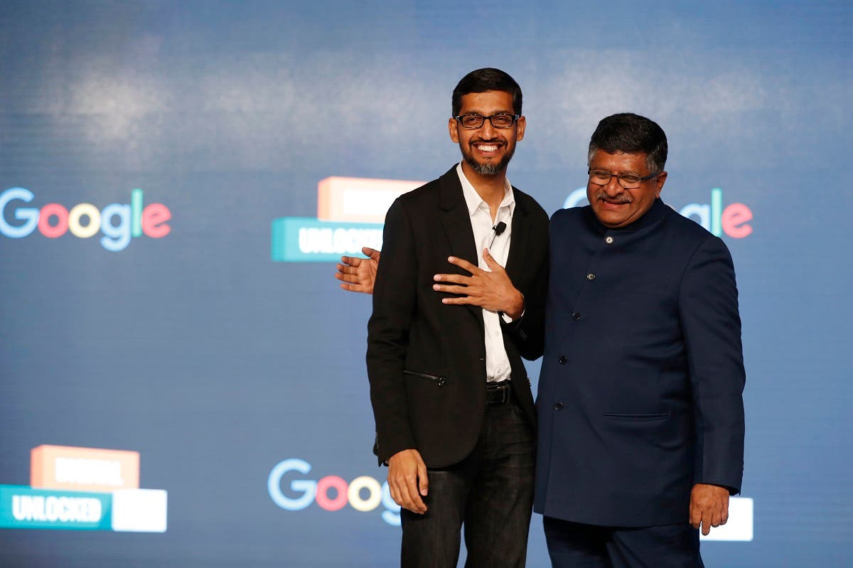 Google CEO Sundar Pichai (left), and Union Minister for Law and Justice and Ministry of Information Technology, Ravi Shankar Prasad pose for a photo during a press conference on Google's collaboration with small scale local businesses in New Delhi, India. (File photo: AP)