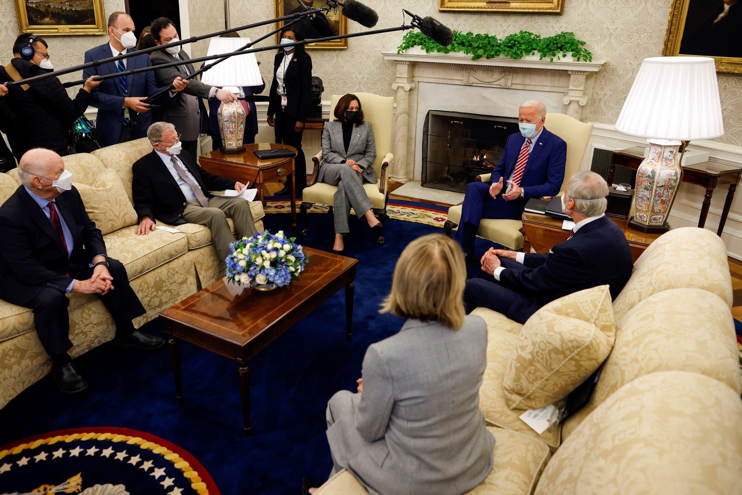 من لقاء بايدن مع أربعة من أعضاء مجلس الشيوخ في المكتب البيضاوي