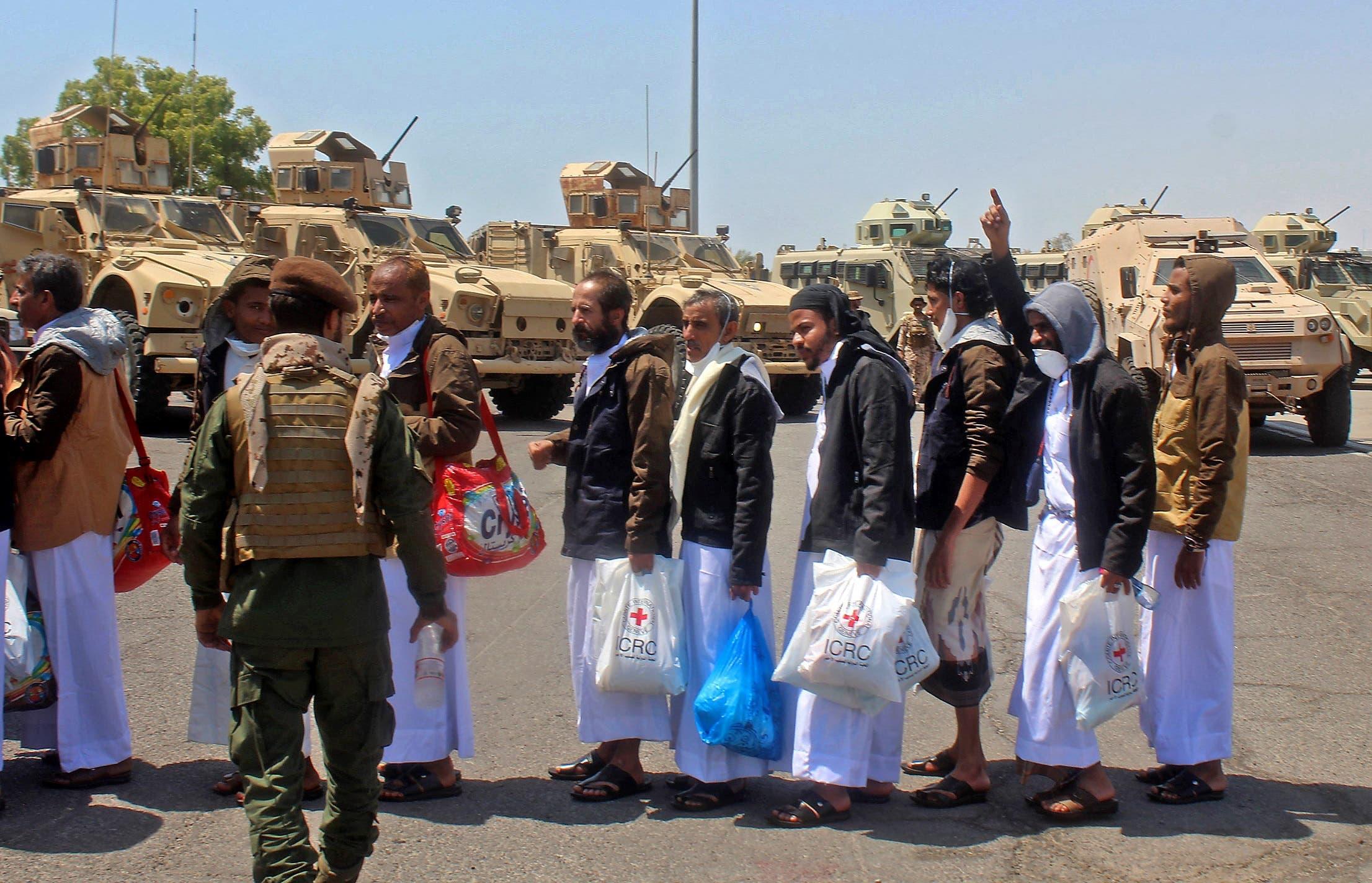 سجناء لدى الحوثيين عند إطلاق سراحهم في أكتوبر الماضي