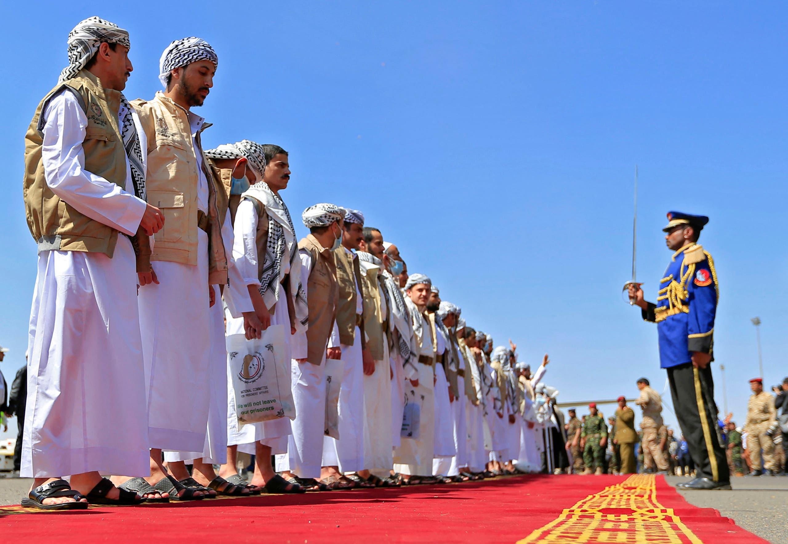 حوثيون أفرجت عنهم الحكومة ضمن صفقة التبادل في أكتوبر الماضي يصلون مطار صنعاء (أرشيفية)