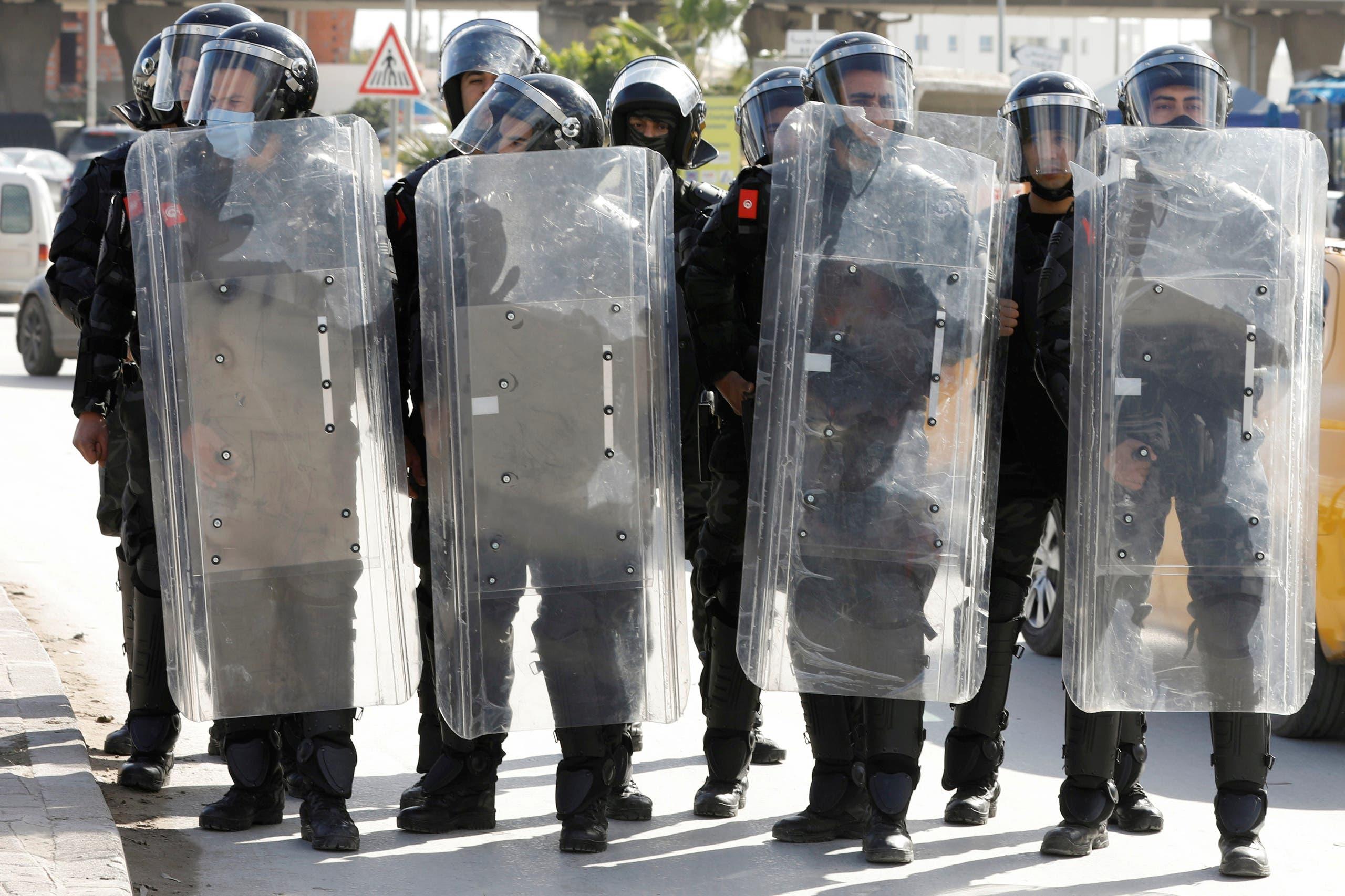 أفراد من الشرطة أثناء مظاهرة مناهضة للحكومة في تونس يوم 26 يناير