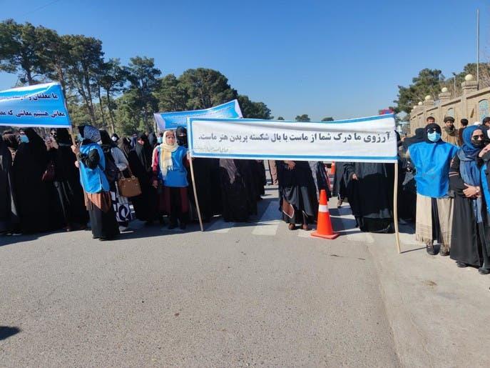 معلمان هرات با برگزاری تجمع اعتراضی خواستار افزایش حقوقشان شدند