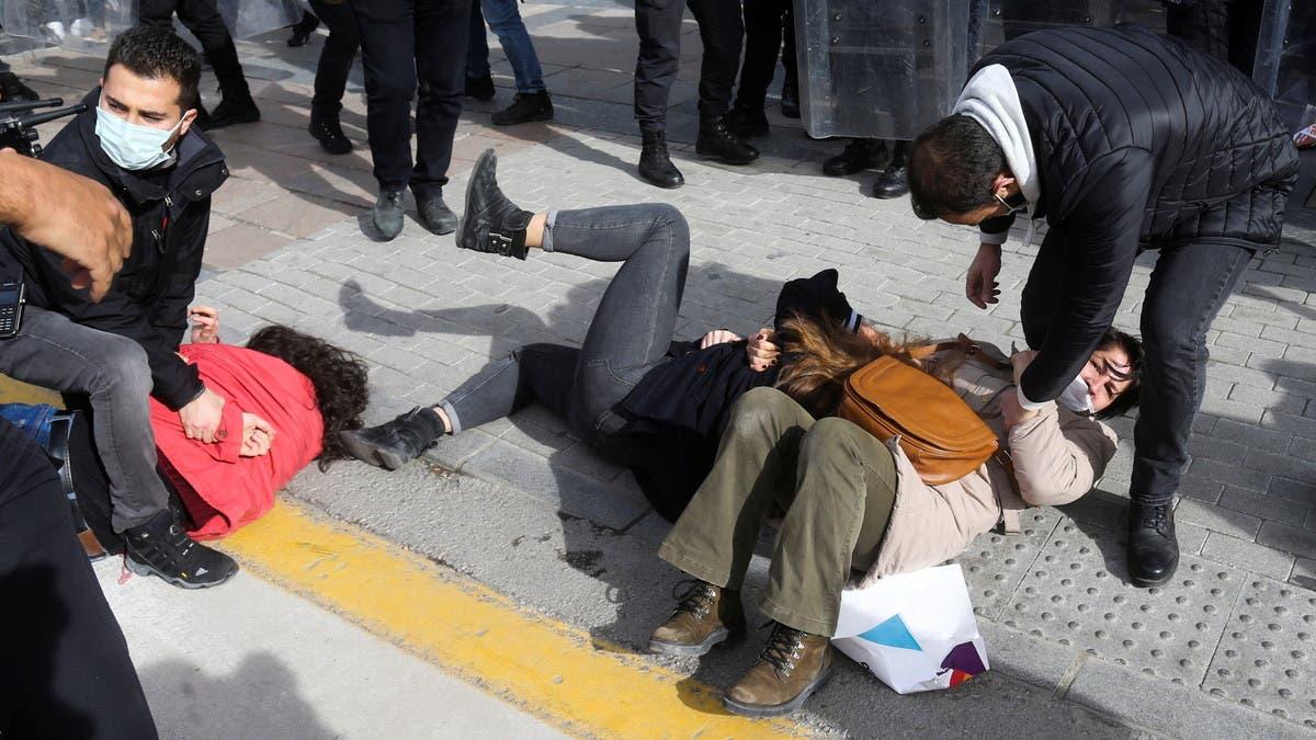 الشرطة التركية تواجه ناشطات احتججن على قرار لأردوغان