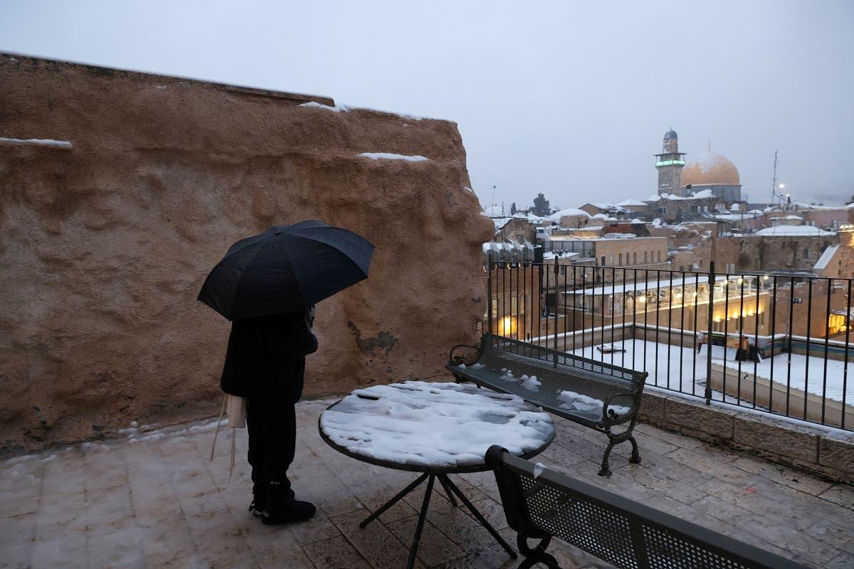 Um judeu ora na cidade velha de Jerusalém em uma manhã de neve na cidade, 18 de fevereiro de 2021. (Reuters)