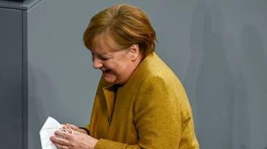 كلنا ميركل.. شاهد المستشارة الألمانية تقفز من مكانها!