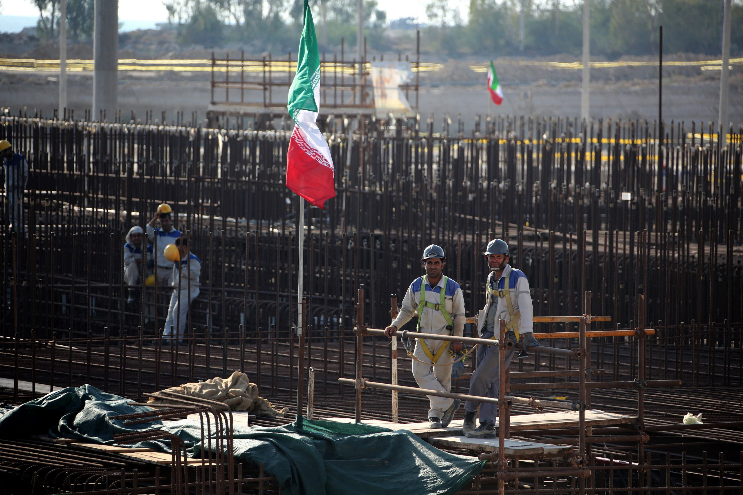 عمال عند موقع مفاعل بوشهر النووي في إيران (أرشيفية-فرانس برس)