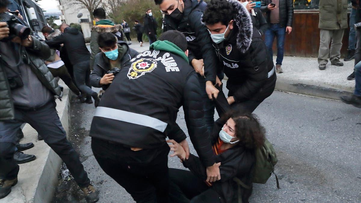 نموذج من عنف الشرطة التركية ضد النشطاء