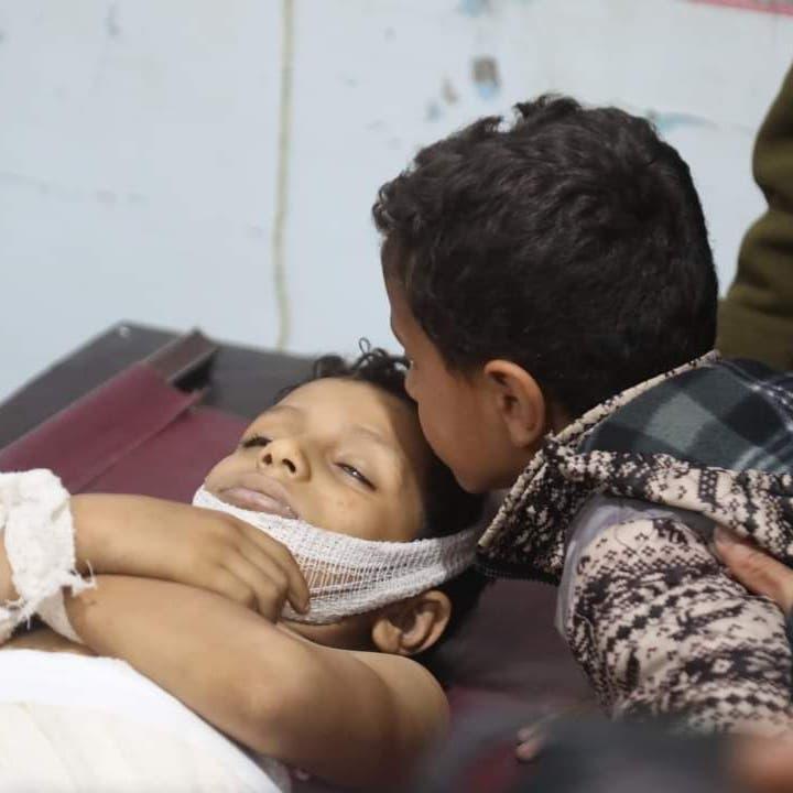 صور مؤلمة.. مقتل طفل وإصابة آخرين بقصف حوثي في تعز