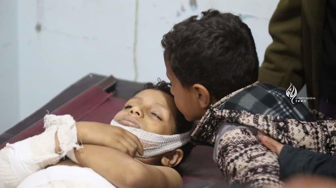 طفل يودع شقيقه الذي قتل بقذائف الحوثي في تعز