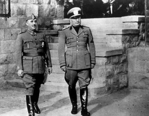 على يمين الصورة الدكتاتور الإيطالي موسوليني وعلى اليسار الدكتاتور الإسباني فرانكو