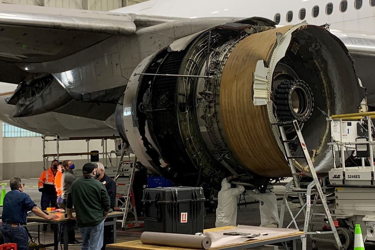 عمليات صيانة لمحرك طائرة بوينغ متضرر من حادثة في الولايات المتحدة في فبراير الماضي