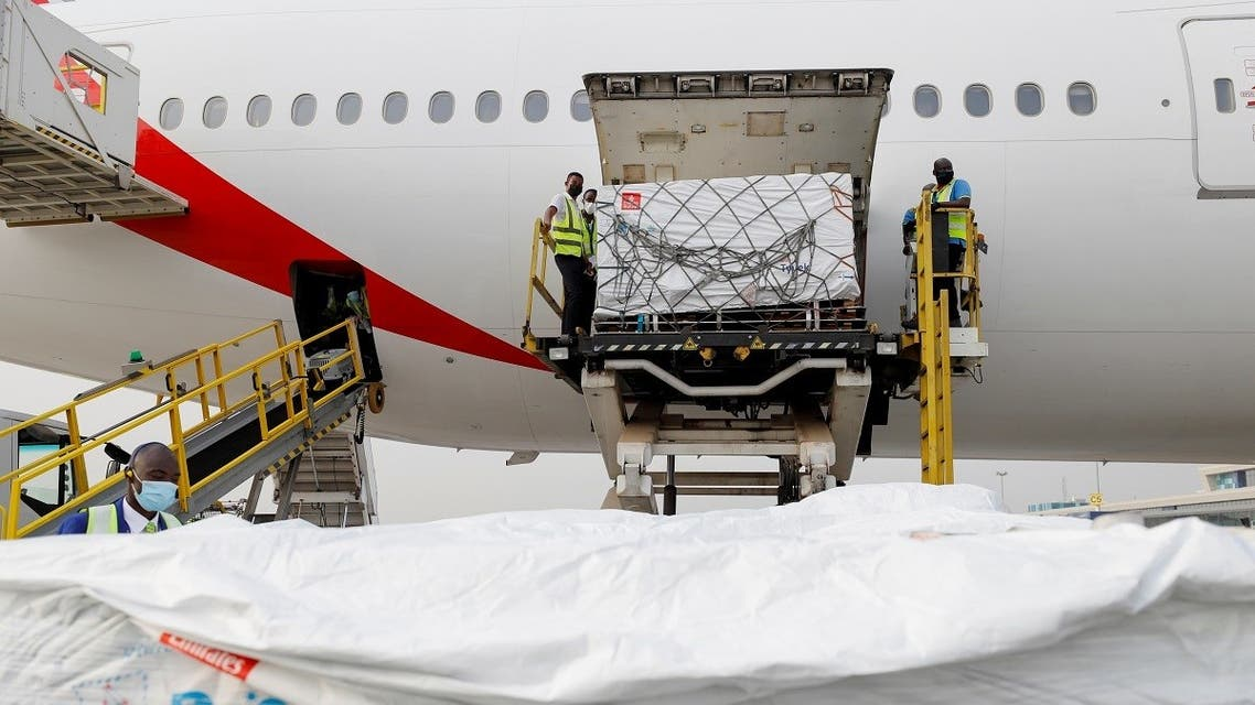 Workers offload boxes of AstraZeneca/Oxford vaccines under COVAX scheme, at the international airport of Accra, Ghana February 24, 2021. (Reuters/Francis Kokoroko)