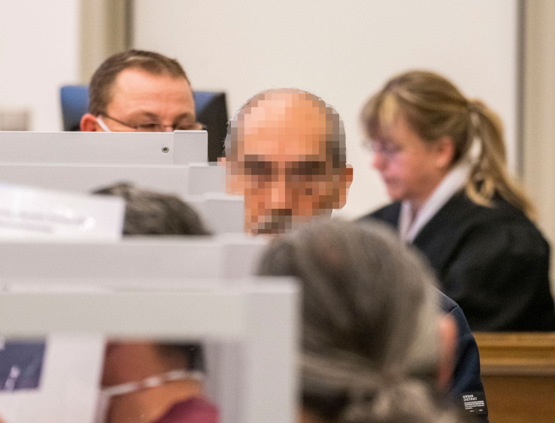 أنور رسلان مموه الوجه أثناء المحاكمة (رويترز)