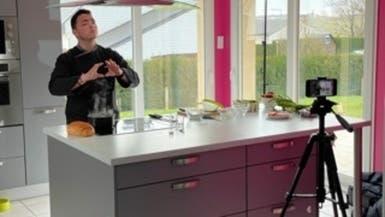 فرنسي يقدم وصفات الطبخ.. بلغة الإشارة