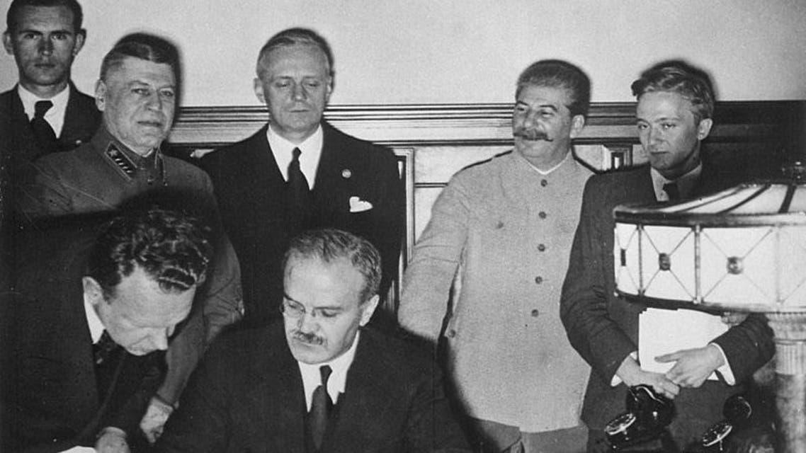 صورة لعملية توقيع الإتفاق السوفيتي الألماني