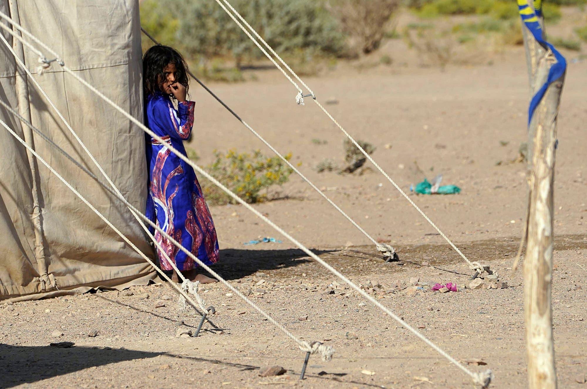 فتاة يمنية تقف في مخيم للنازحين في ضواحي مدينة مأرب يوم 18 فبراير (أرشيفية من فرانس برس)