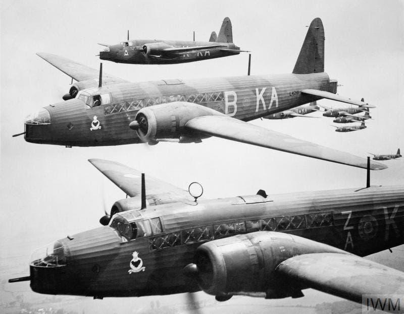 صورة لعدد من الطائرات الحربية البريطانية بالحرب العالمية الثانية
