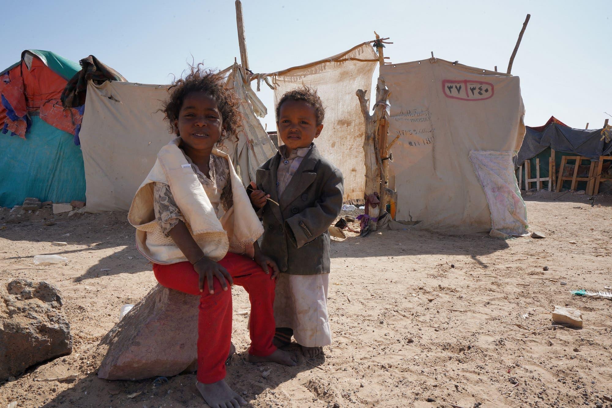 أطفال يمنيون في مخيم جو النسيم للنازحين بضواحي مدينة مأرب يوم 18 فبراير (أرشيفية من فرانس برس)