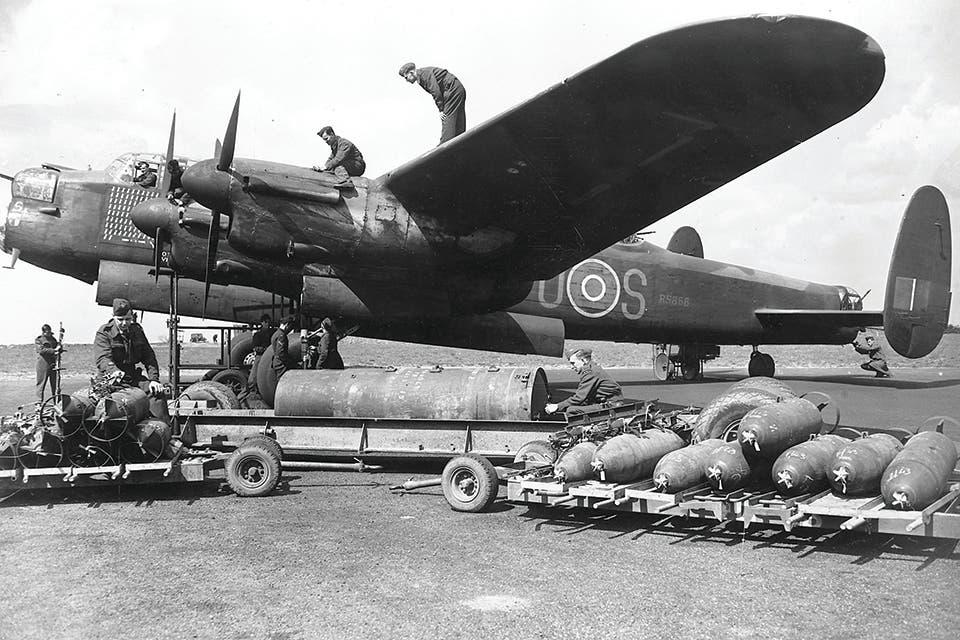 صورة لقاذفة قنابل بريطانية من نوع أفرو لانكستر