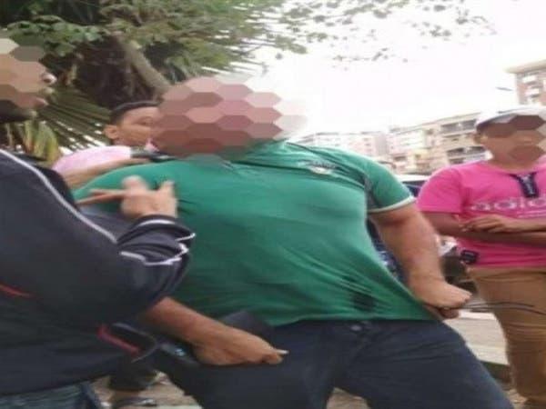 الحبس سنة لطبيب مصري ارتكب فعلاً خادشاً أمام فتاة داخل حافلة