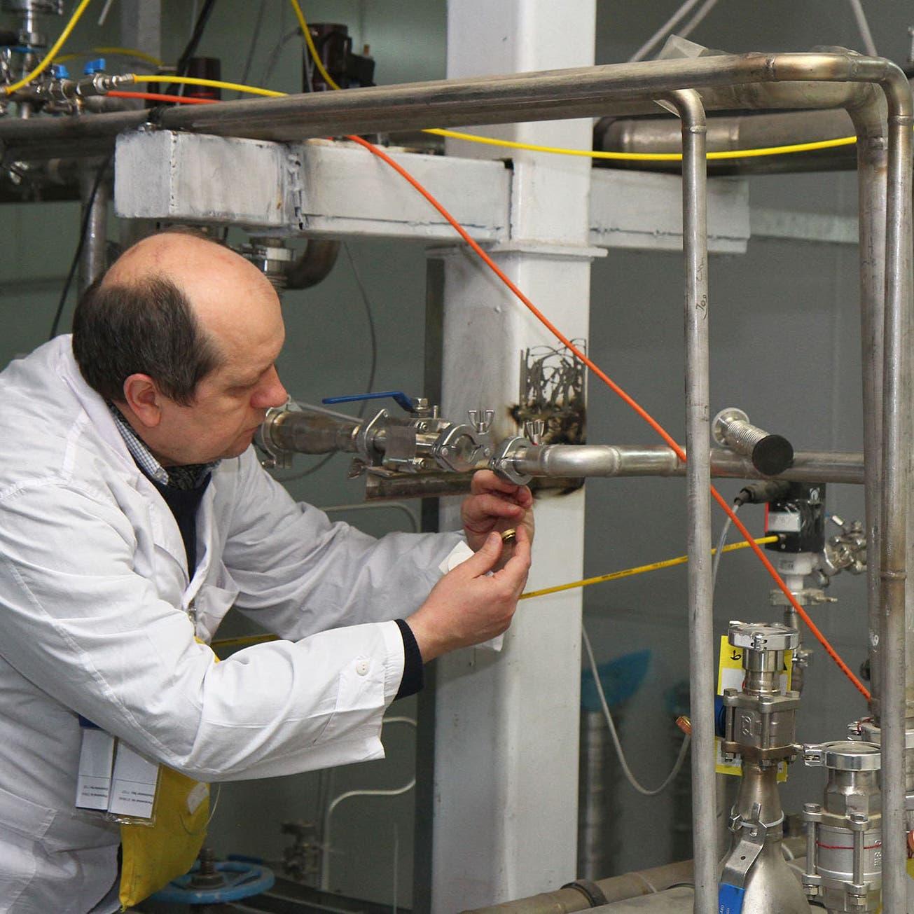إيران ترد على جهود إحياء الاتفاق النووي بتعزيز العمل في منشأتي آراك ونطنز