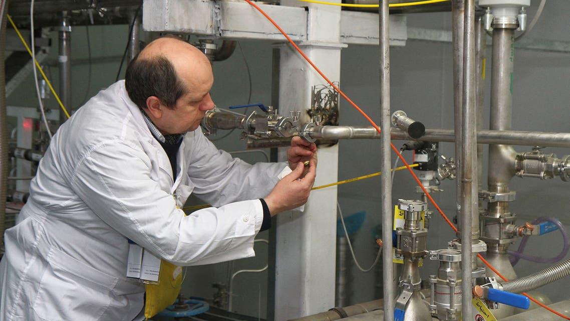 مفتش من الوكالة الدولية للطاقة الذرية بمركز الأبحاث النووية في نطنز جنوب طهران (أرشيفية من فرانس برس)