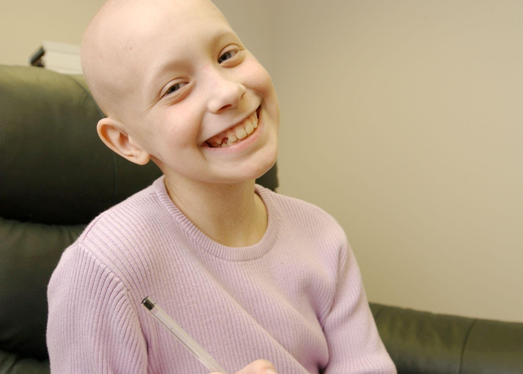 هيلي أرسينو عندما كانت طفلة وهي تتلقى العلاج لمكافحة السرطان
