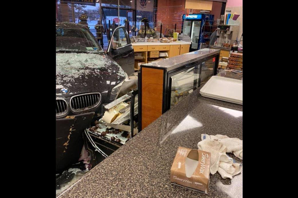 السيارة بعد اقتحام المخبز