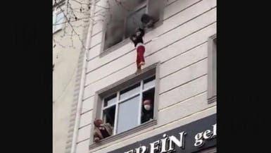 أسرة تركية تنجو من الحريق والسقوط من مبنى
