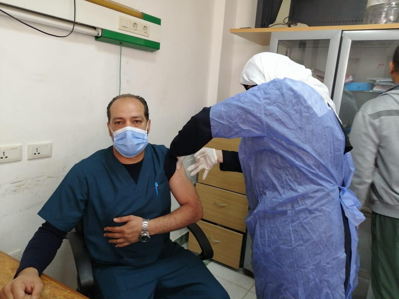 طواقم طبية مصرية تتلقى لقاح كورونا