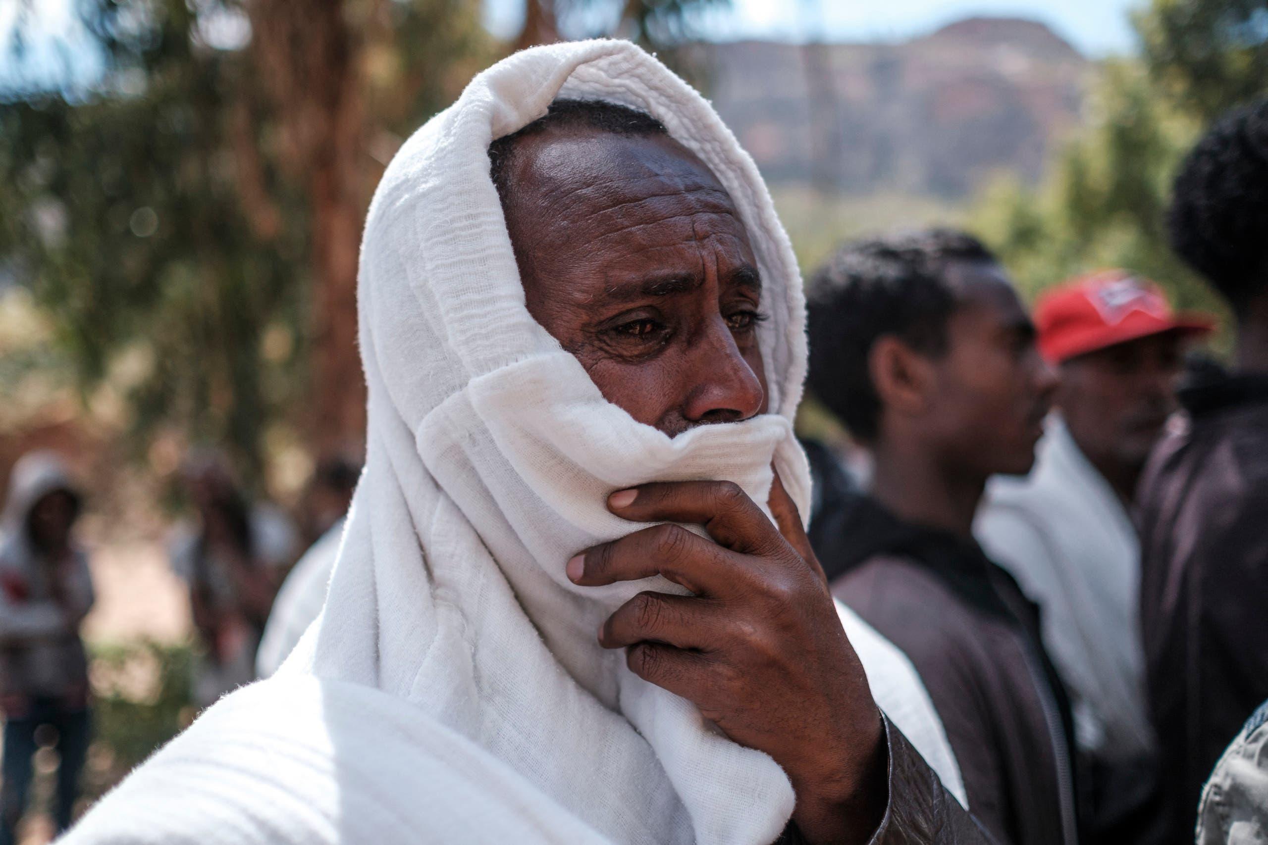 أحد سكان تيغراي يبكي بعد تشييع أحد الضحايا (أرشيفية- فرانس برس)