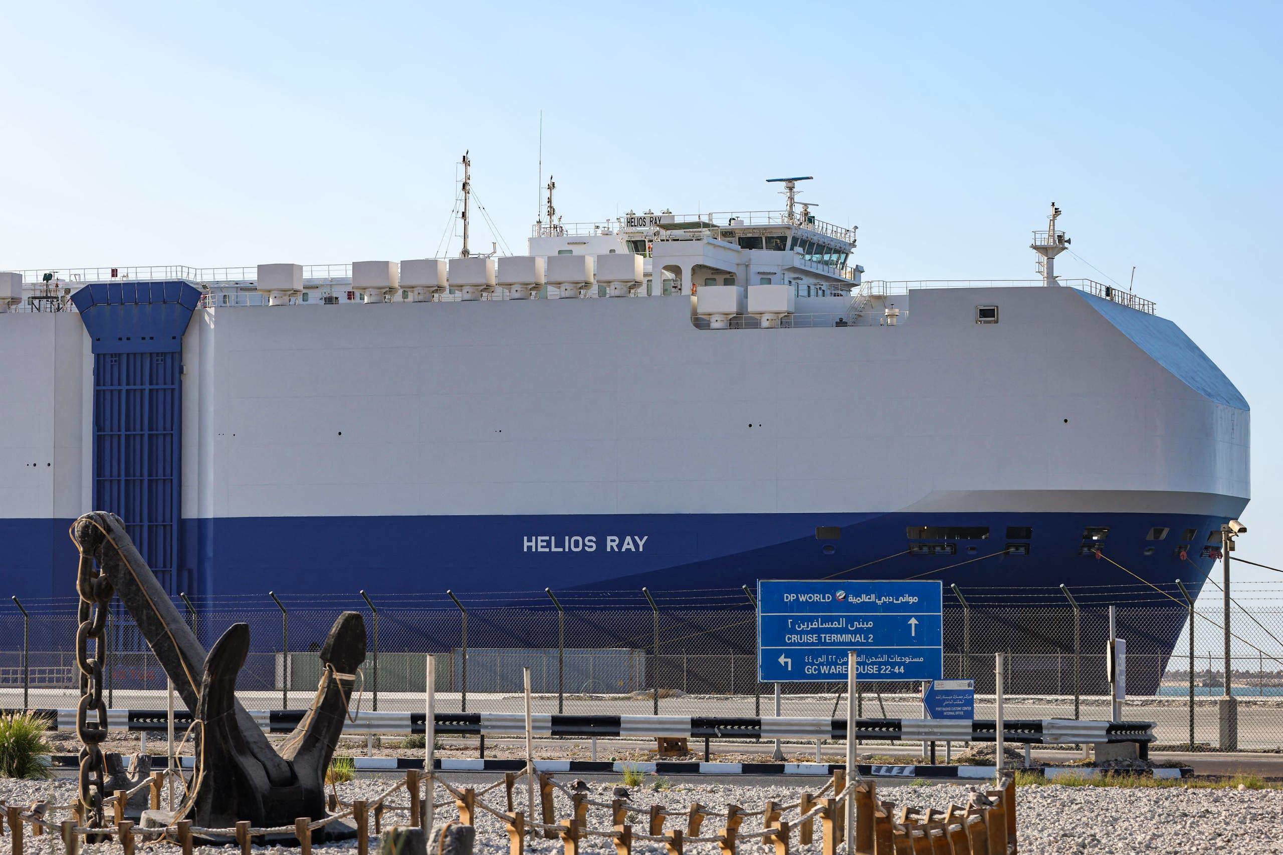 """السفينة """"إم في هيليوس راي"""""""" بعد رسوها في دبي إثر الانفجار الذي طالها"""