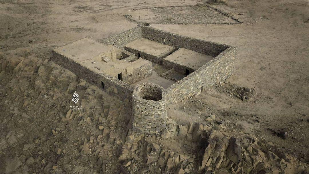 القصر الذي يعتلي جبل العرفاء