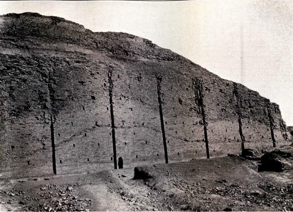 صورة من أرشيف متحف بنسلفانيا للجزء الأسفل من زقورة أور عقب الحفريات