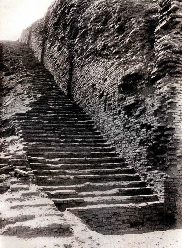 صورة لأحد مدارج الزقورة اثناء فترة الحفريات