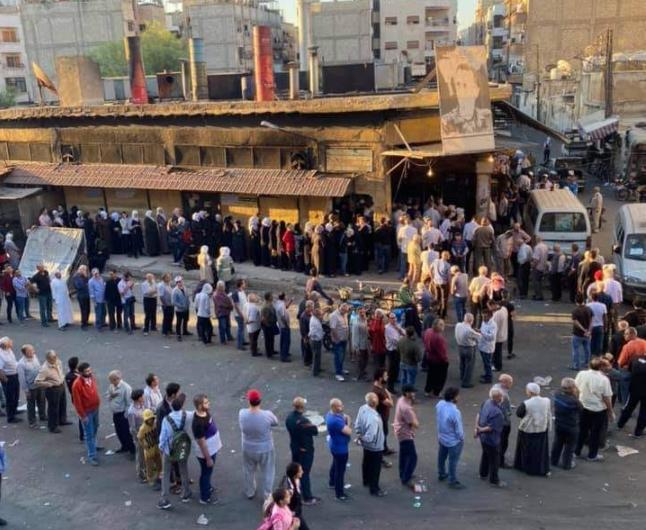 شام میں غربت کی ایک منہ بولتی تصویر۔ لوگ روٹی کے حصول کے لیے قطار میں لگے ہیں