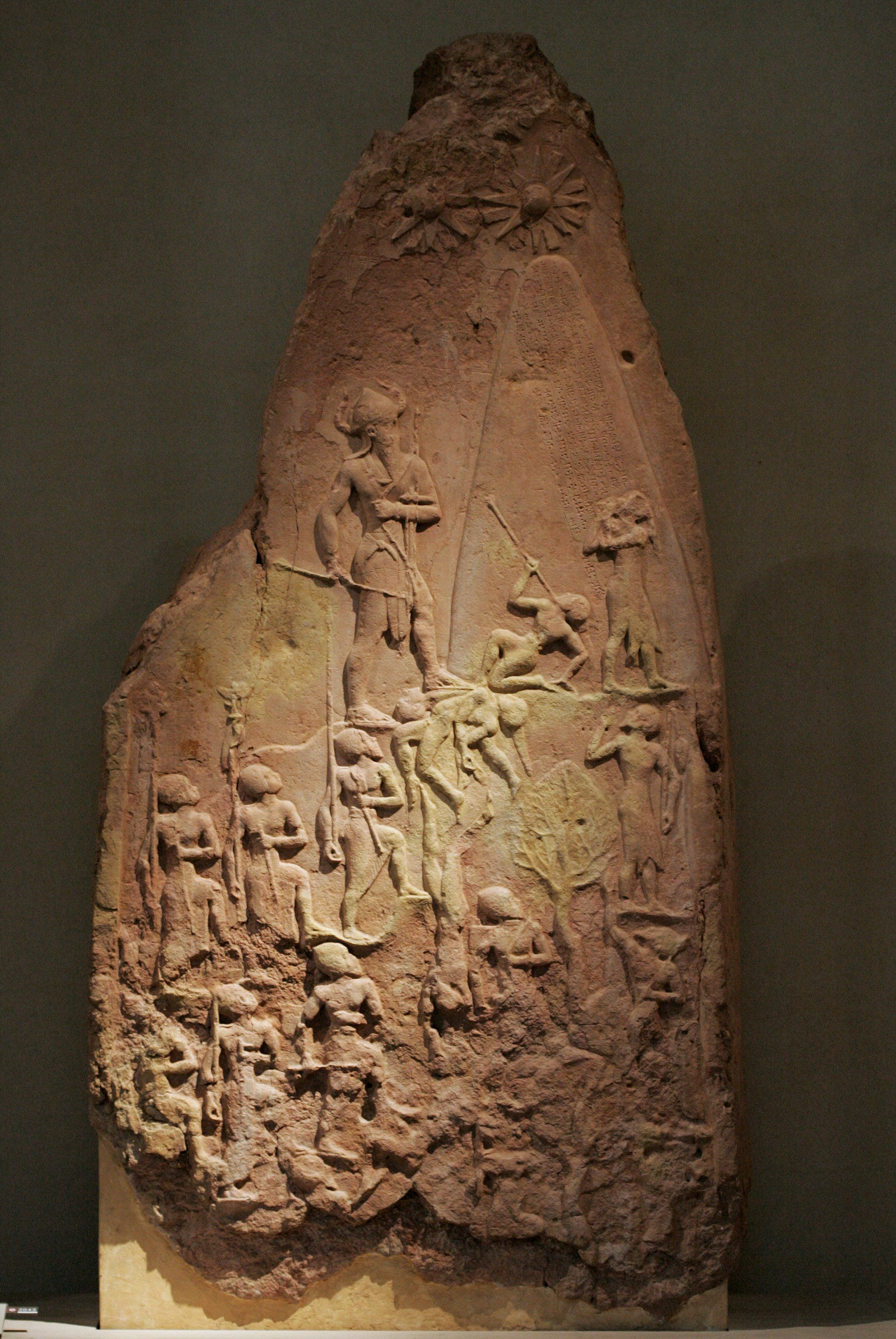 صورة كاملة لمسلة نارام سين الموجودة بمتحف اللوفر بباريس