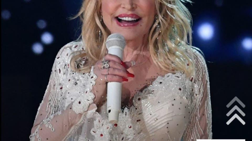 كيف حوّلت المغنية الأميركية دوللي بارتون تلقيها لقاح كورونا إلى احتفالية؟