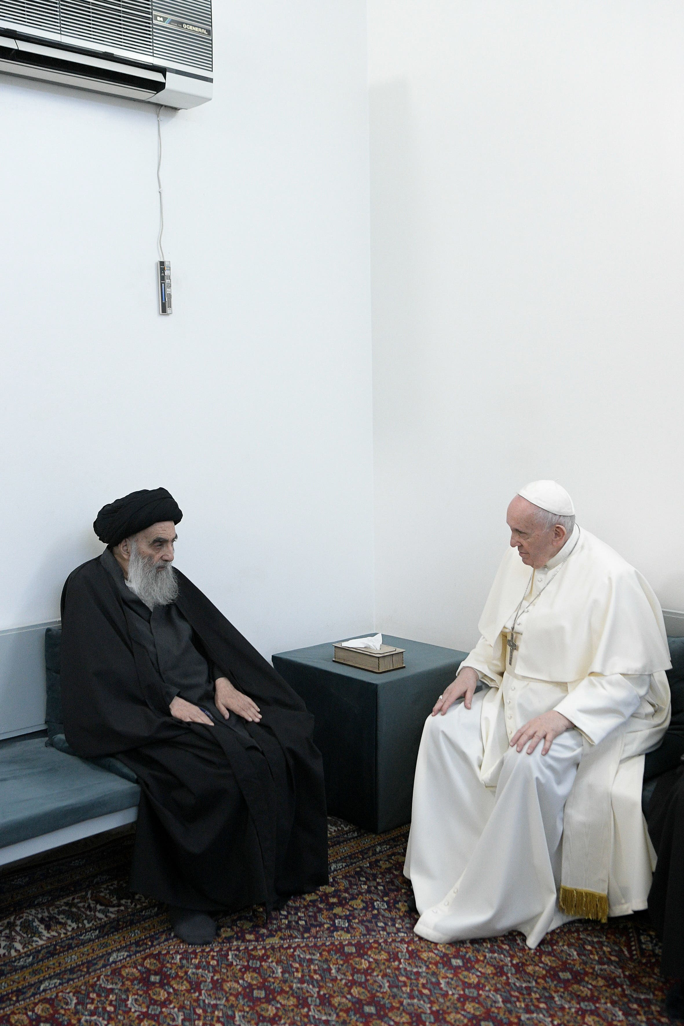 البابا يلتقي السيستاني في النجف (رويترز)