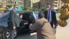 وڈیو: سڑک پر پھلوں کی خریداری کے دوران مصری صدر کا انسان دوست جذبہ