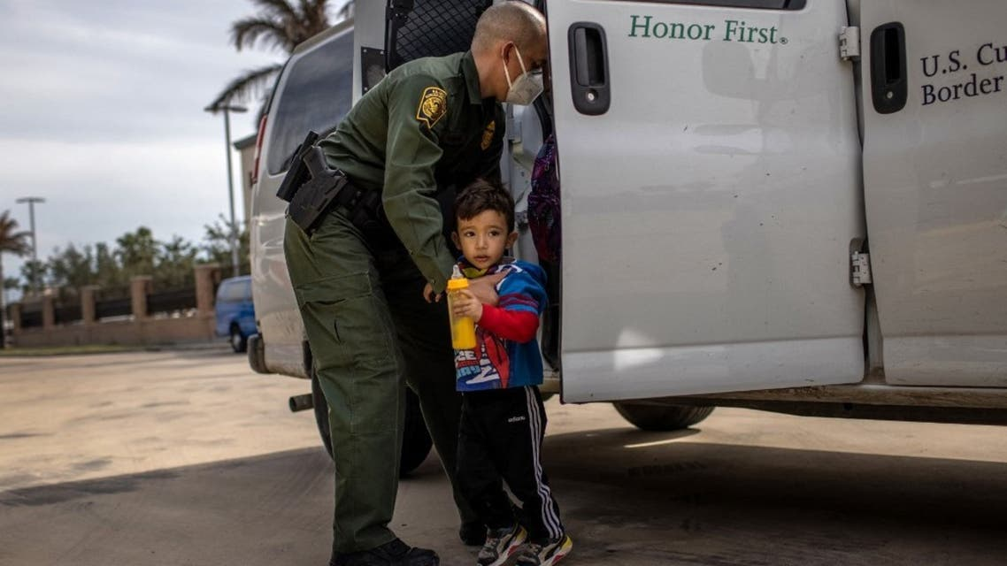 A U.S. Border Patrol agent delivers a young asylum seeker and his family to a bus station on February 26, 2021 in Brownsville, Texas. U.S. (AFP)
