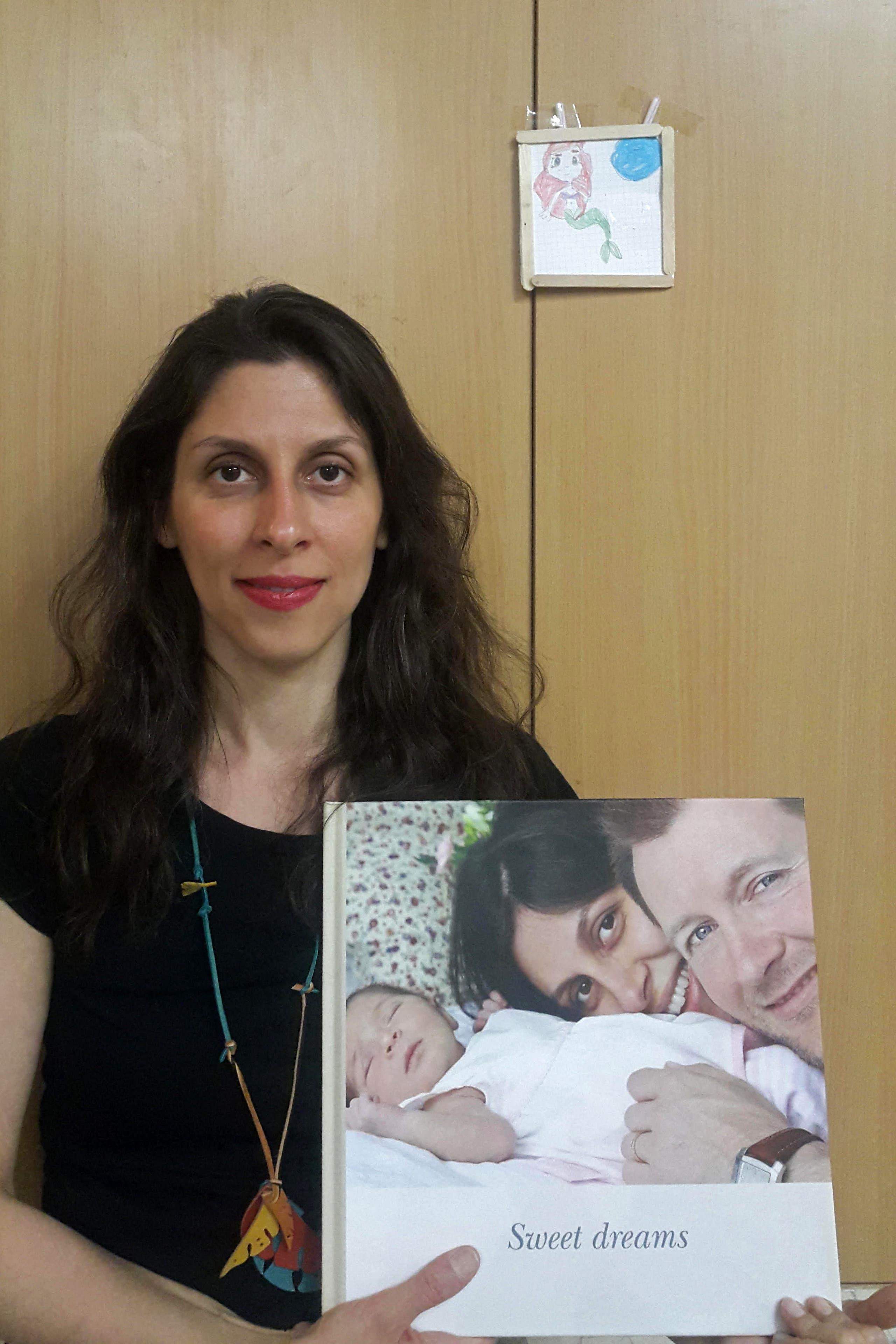 راتكليف تحمل صورة أسرتها وهي محتجزة في منزلها في طهران