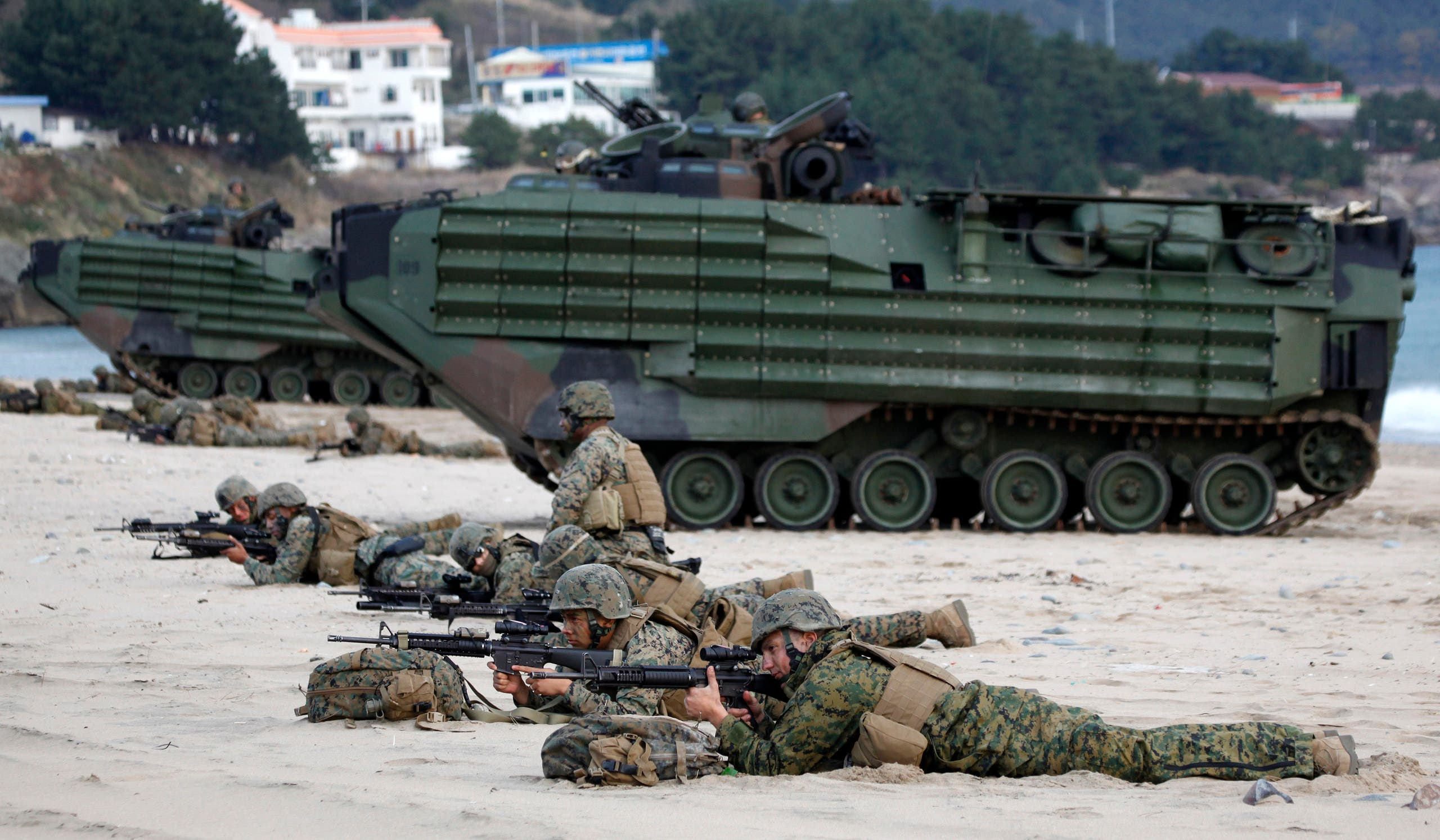 Soldiers from the U.S. Marine Corps take part in a U.S.-South Korea joint landing operation drill along the shore in Pohang, about 370 km (230 miles) southeast of Seoul, November 4, 2009. (File photo: Reuters)