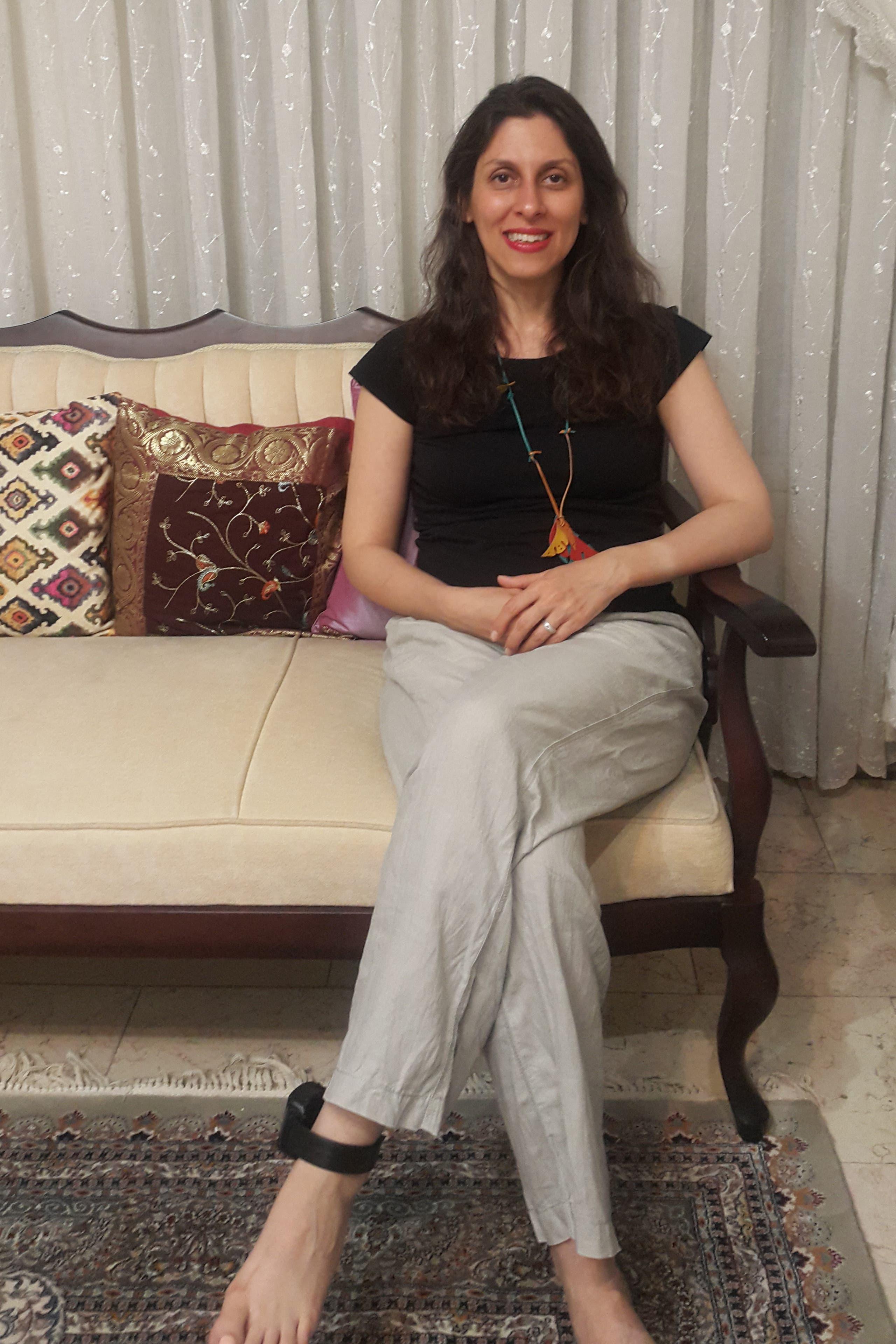راتكليف في منزلها في طهران والسوار الإلكتروني يلف كاحلها