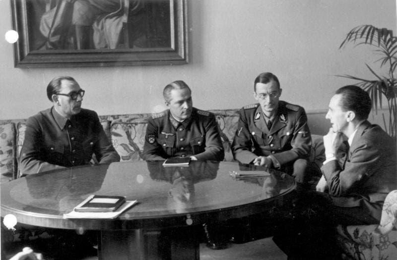 فلاسوف وعدد من مساعديه أثناء اجتماعهم بجوزيف غوبلز