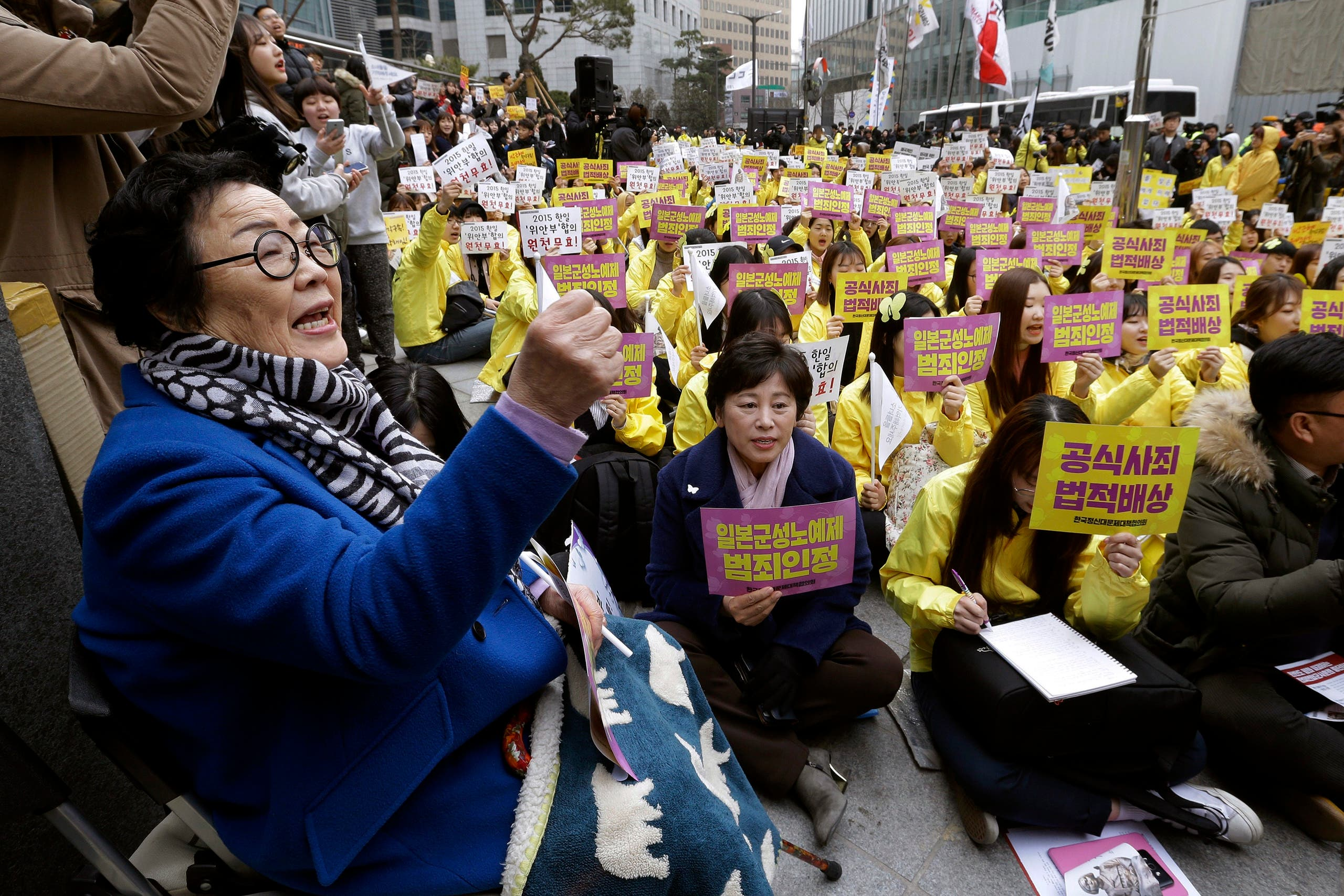 In this March 1, 2017, file photo, former comfort woman Lee Yong-soo, left, who was forced to serve for the Japanese troops as a sex slave during World War II, shouts slogans during a rally to mark the March First Independence Movement Day, the anniversary of the 1919 uprising against Japanese colonial rule, near the Japanese Embassy in Seoul, South Korea. (File photo: AP)