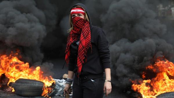 سیاسی اور اقتصادی بحرانات کے سبب احتجاج نے لبنان کو مفلوج کر دیا